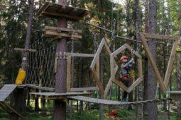 Seikkailu Zip Adventure parkissa